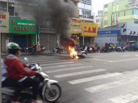 Xe may chay tro khung tren duong pho Sai Gon - Anh 1