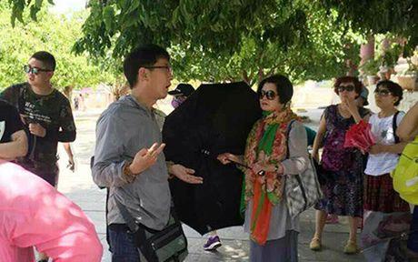 Khong cho nguoi nuoc nguoi lam huong dan vien du lich o Viet Nam - Anh 1