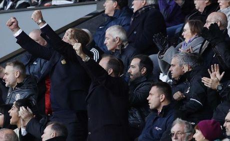 Chum anh: Mourinho lanh lung chung kien MU ha Swansea tren khan dai - Anh 11
