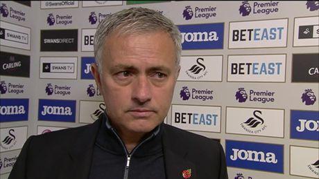 Chum anh: Mourinho lanh lung chung kien MU ha Swansea tren khan dai - Anh 12