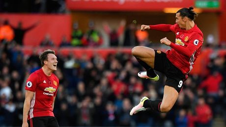 Chum anh: Mourinho lanh lung chung kien MU ha Swansea tren khan dai - Anh 13
