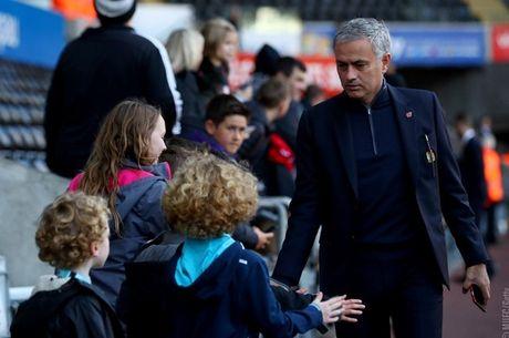 Chum anh: Mourinho lanh lung chung kien MU ha Swansea tren khan dai - Anh 1