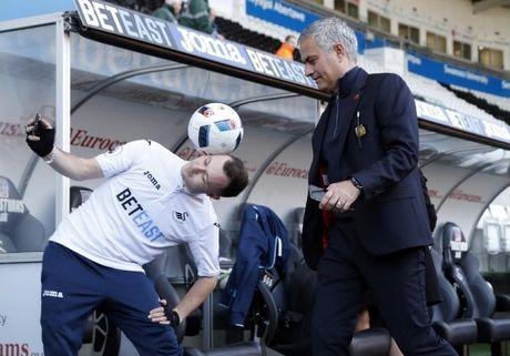 Chum anh: Mourinho lanh lung chung kien MU ha Swansea tren khan dai - Anh 2