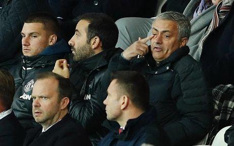 Chum anh: Mourinho lanh lung chung kien MU ha Swansea tren khan dai - Anh 7