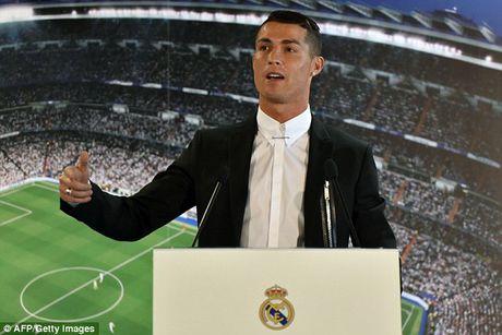 Ronaldo gay soc trong ngay chinh thuc gia han hop dong voi Real - Anh 2