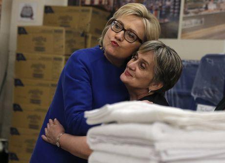 Ba Hillary Clinton nhan duoc su ung ho ap dao tu truyen thong - Anh 12
