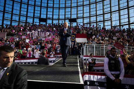 Clinton lac quan, Trump van cay doc truoc 'Ngay phan xet'? - Anh 3