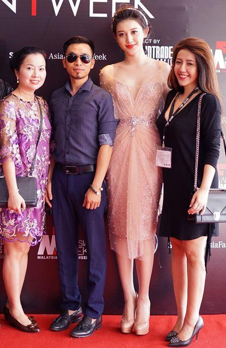 Huyen My goi cam kho cuong tren san dien thoi trang Malaysia - Anh 4