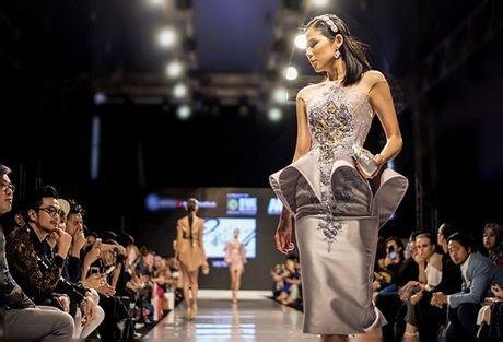 Huyen My goi cam kho cuong tren san dien thoi trang Malaysia - Anh 8