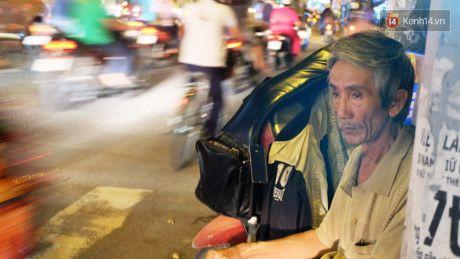 Canh 'ga trong nuoi con' cua nhac cong gia hang dem gay dan tren duong pho Sai Gon - Anh 5
