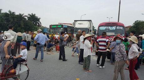 Ha Noi: Dan mang gach, da chan duong len san bay Noi Bai - Anh 1