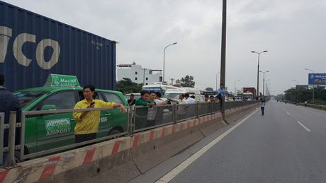 Ha Noi: Dan mang gach, da chan duong len san bay Noi Bai - Anh 2