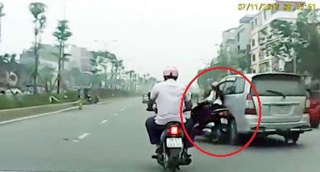 Ha Noi: Truy tim lai xe Innova huc nga xe may roi bo chay - Anh 1