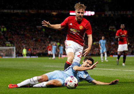Lam phat long Mourinho, hai hau ve cua M.U sap bi thanh trung - Anh 2
