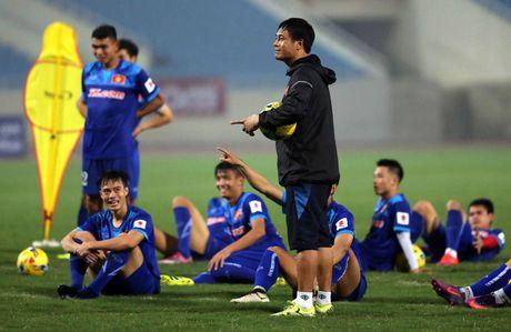 Tin HOT sang 8/11: HLV Huu Thang bi choc que, cau thu Lao ban do - Anh 1