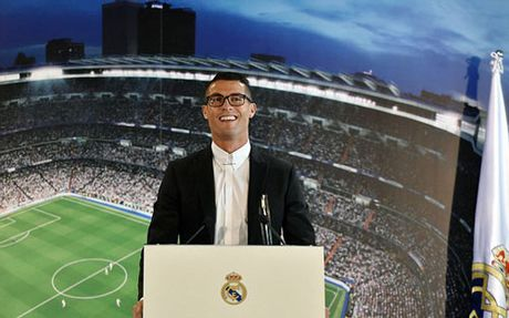 Ronaldo ky hop dong moi voi Real, 1 ban du mua biet thu - Anh 1