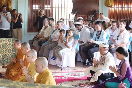 Doc dao le Hang Thuan o chua Vinh Nghiem cua cap doi Phap – Viet - Anh 4