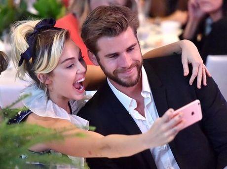Miley Cyrus he lo ly do kho tin chuyen khong quen deo nhan cau hon cua Liam Hemsworth - Anh 1