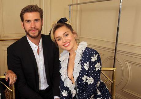 Miley Cyrus he lo ly do kho tin chuyen khong quen deo nhan cau hon cua Liam Hemsworth - Anh 2