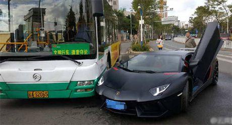 Sieu xe Lamborghini Aventador trieu do dam trung xe buyt - Anh 1