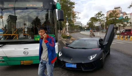 Sieu xe Lamborghini Aventador trieu do dam trung xe buyt - Anh 2