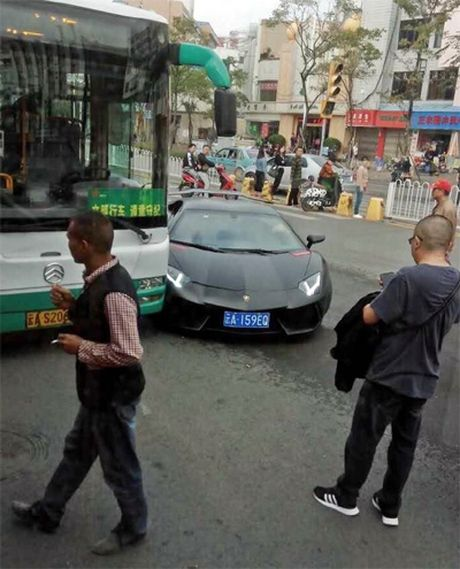 Sieu xe Lamborghini Aventador trieu do dam trung xe buyt - Anh 4