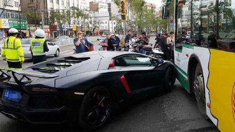 Sieu xe Lamborghini Aventador trieu do dam trung xe buyt - Anh 5