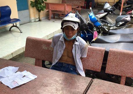 Thanh nien dap nga hai phu nu di xe may de cuop gio xach - Anh 1