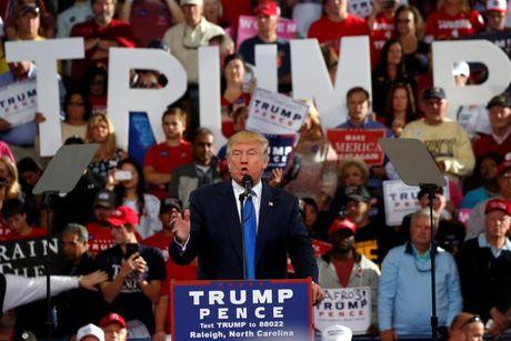 Ong Trump va ba Clinton chay dua van dong gio chot truoc bau cu - Anh 11