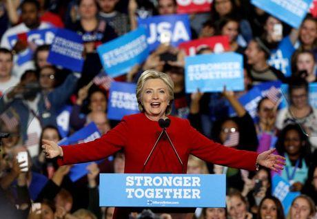 Ong Trump va ba Clinton chay dua van dong gio chot truoc bau cu - Anh 1