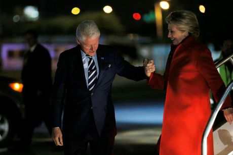 Ong Trump va ba Clinton chay dua van dong gio chot truoc bau cu - Anh 2