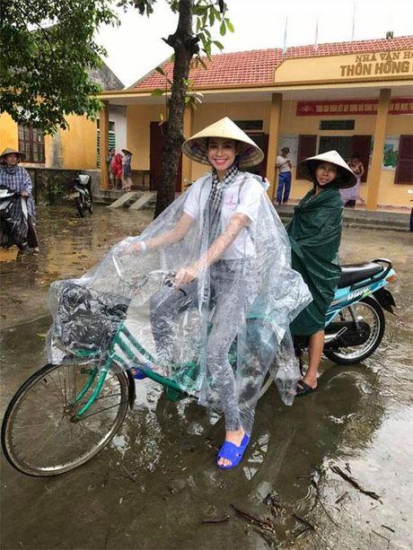 Hanh dong nay cua 'Hoa hau hoan vu' Pham Huong khien nhieu nguoi yeu men - Anh 1