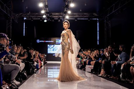 A hau Huyen My long lay tren san catwalk Malaysia voi vai tro vedette - Anh 4