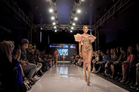 A hau Huyen My long lay tren san catwalk Malaysia voi vai tro vedette - Anh 7