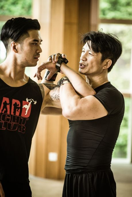 Dustin Nguyen tap luyen cung trai dep Thien Nguyen de lam phim kinh phi gan 700 ty - Anh 4