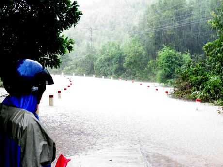 Quang Binh: Nuoc lu dot ngot dang cao chia cat hang tram ho dan - Anh 1