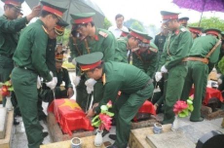 Lai Chau dua hai cot ba liet si ve an tang tai nghia trang tinh - Anh 1