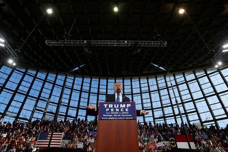 Hillary Clinton dan diem Donald Trump truoc 'ngay phan xet' - Anh 1