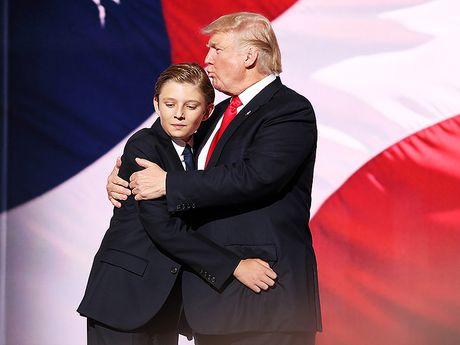 'Tieu Donald Trump' 10 tuoi chi thich mac comple, deo ca vat - Anh 3