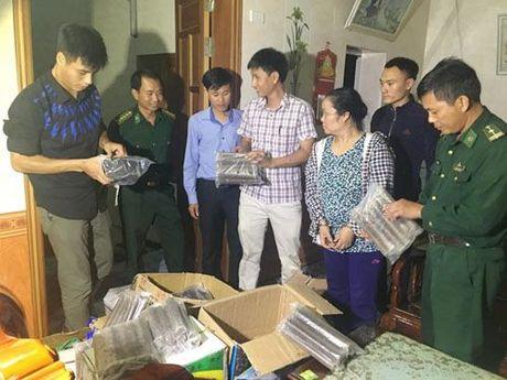 Nguoi phu nu mang gan 1.500 thoi thuoc no di ban - Anh 1
