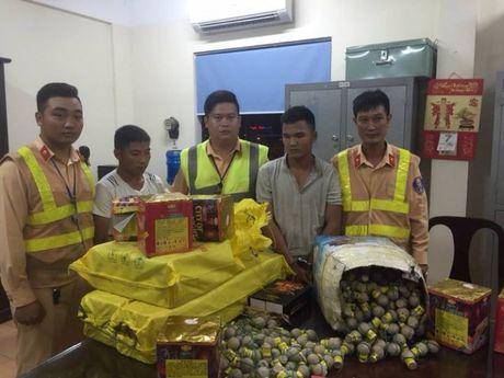 CSGT bat xe tai cho 500 qua phao hinh luu dan - Anh 1