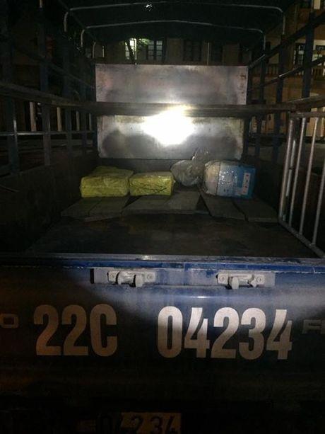 CSGT bat xe tai cho 500 qua phao hinh luu dan - Anh 2
