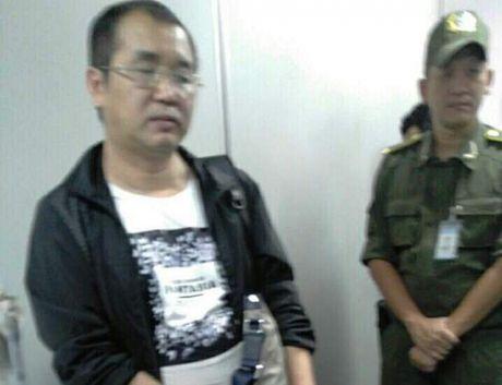 Tam giu mot hanh khach Trung Quoc luc loi do tren may bay - Anh 1