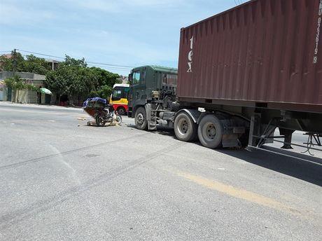 Quang Ninh: Va cham xe container, doi nam nu tu vong tai cho - Anh 1