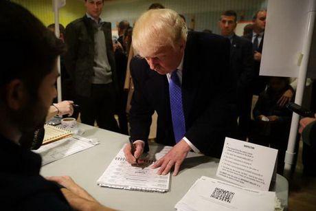 Ong D.Trump di bo phieu tai New York trong su ho het phan doi - Anh 1