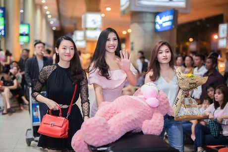 Nguyen Loan khoe vai tran o san bay ngay tro ve - Anh 5