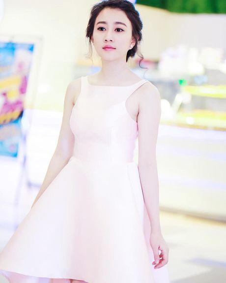 'Ban gai Son Tung' khoe ve dep khong ty vet - Anh 3