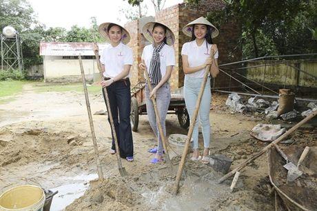 Hoa hau Pham Huong chay xe dap cho cu gia trong con mua dam - Anh 10
