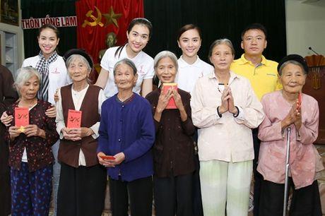 Hoa hau Pham Huong chay xe dap cho cu gia trong con mua dam - Anh 1