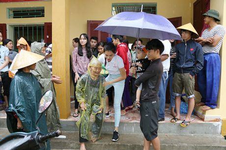 Hoa hau Pham Huong chay xe dap cho cu gia trong con mua dam - Anh 2